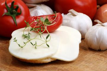 Mozzarella in Scheiben geschnitten auf Brot