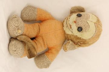 Obraz Małpka  zabawka - fototapety do salonu