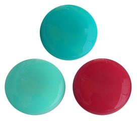 trois boutons aimantés, fond blanc