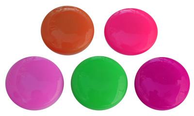 boutons aimantés, fond blanc