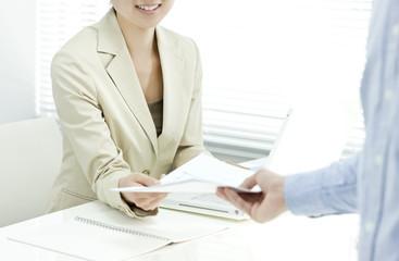 書類を受け取る女性