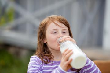junges mädchen trinkt frische milch