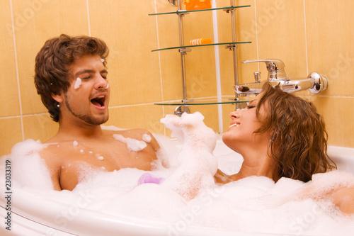 Как девушки моются вдвоем