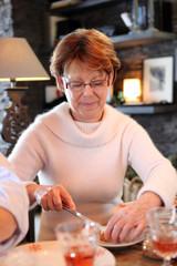 Portrait d'une femme senior au déjeuner