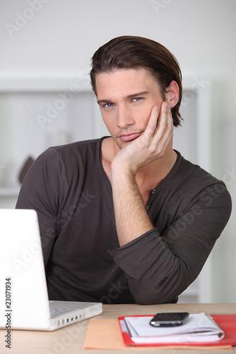 portrait d 39 un bel homme brun photo libre de droits sur la banque d 39 images image. Black Bedroom Furniture Sets. Home Design Ideas