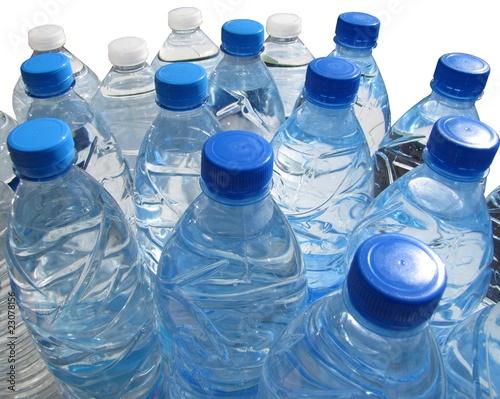 bouteilles d 39 eau en plastique source et min rale photo libre de droits sur la banque d. Black Bedroom Furniture Sets. Home Design Ideas