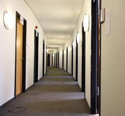 Flur langer Gang im Gebäude