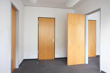 leeres Büro Holztüren