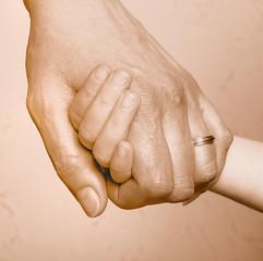Mains, adulte et enfant