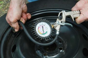 misura pressione gomme dell'auto