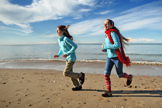 Deux jeunes filles courant sur la plage