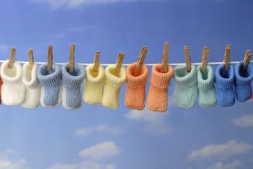 chaussons de différents couleurs sur fil à linge