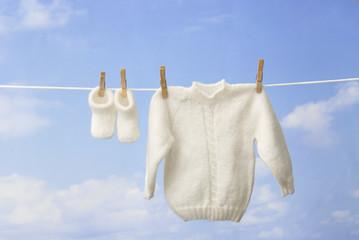 concept bébé : layette pendu a un fil de linge