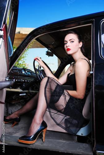 Pin up girl in the oldtimer Stockfotos und lizenzfreie Bilder auf