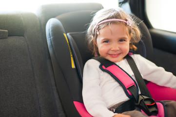 Kind im Kindersitz fahren auto