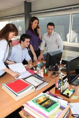 Hommes et femmes d'affaires au bureau