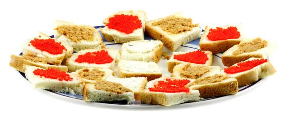 assiettée de canapés, tranches de pain garnies, fond blanc
