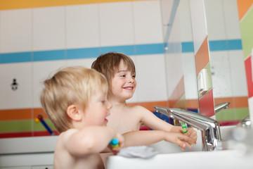 kinder vor dem waschbecken