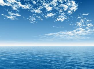 Ozean mit Wolkenhimmel