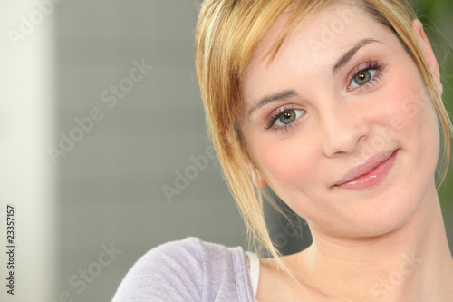 Portrait d 39 une jeune femme blonde souriante photo libre - Femme blonde photo ...