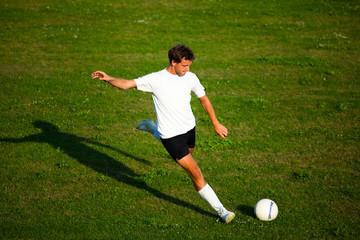 Fußballer mit langem Anlauf beim schiessen