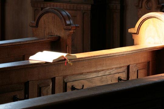 Gesangbuch im Sonnenlicht