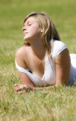 portrait d'une femme blonde - détente au soleil