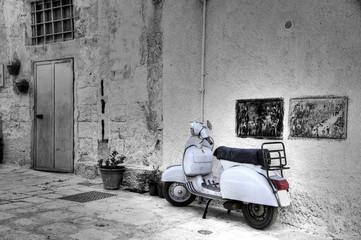 Fotorolgordijn Scooter White scooter in corner alleyway. Monopoli. Apulia.