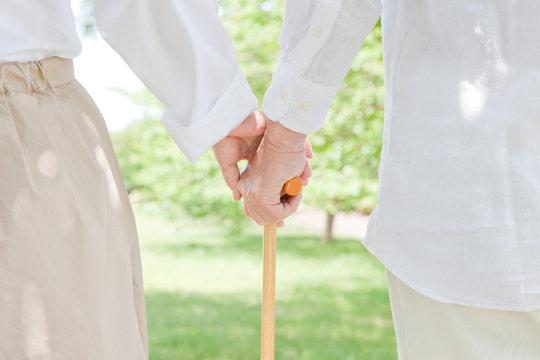 ステッキを握る老夫婦