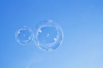 Zwei bunte Seifenblasen