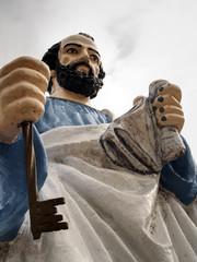 estatua san pedro con llaves