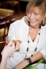 blonde frau im café