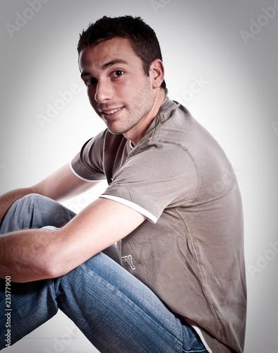"""Extrêmement jeune homme brun"""" photo libre de droits sur la banque d'images  HD77"""