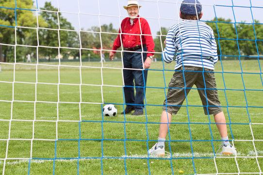 Großvater, Enkel, Fußball