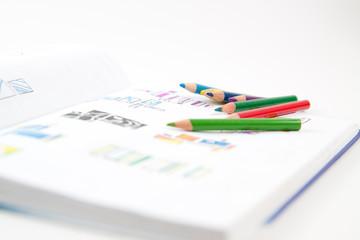 Buntstifte auf Zeichnung