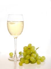Weisswein im Glas mit Trauben