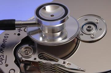 Festplatte Diagnose einer Harddisk mit Stethoskop