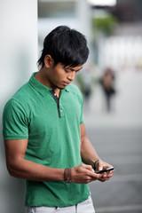 junger mann schreibt eine sms