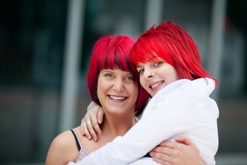 zwei freundinnen mit roten haaren