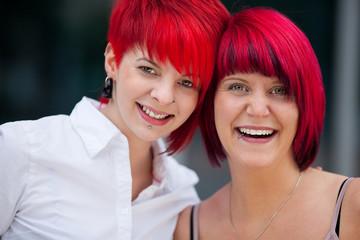 zwei frauen mit roten haaren