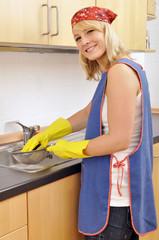 Junge Frau beim Spülen