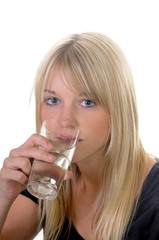 Junge Frau mit Wasserglas