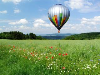 Heissluftballon über Landschaft