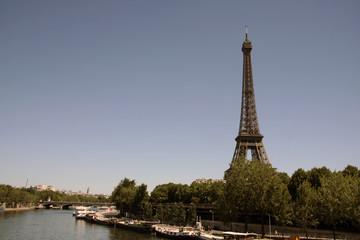 Tour Eiffel et Quai de Seine