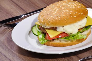 Hamburger auf dem Teller, quer
