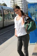 Femme avec bagage