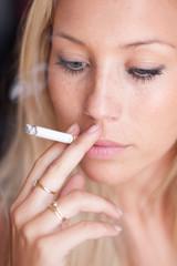femme blonde à la cigarette