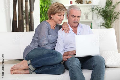 couple de seniors devant ordinateur portable photo libre de droits sur la banque d 39 images. Black Bedroom Furniture Sets. Home Design Ideas