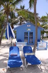 Bunte Strandhütten auf den Bahamas