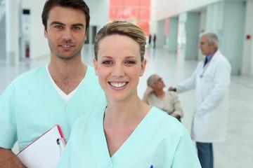 Equipe médical avec une infirme